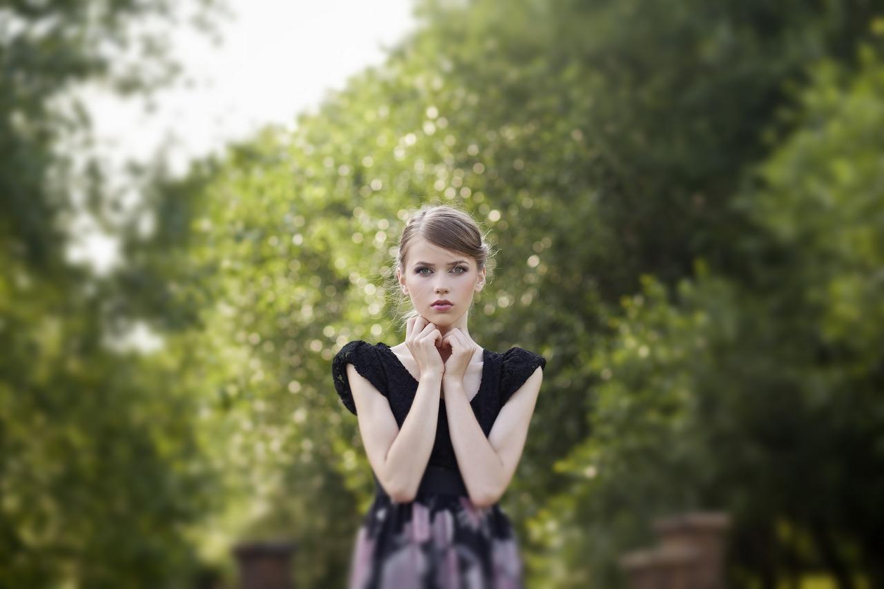 фотография девушки на фоне деревьев