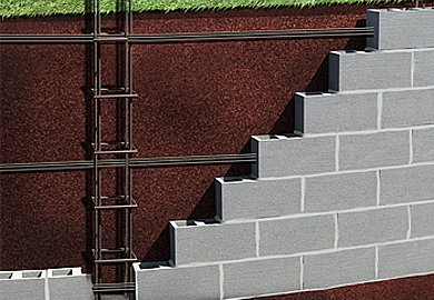 A piscina de vinil pode ser construídas de blocos de concreto ou tijolos furados lembrando que os tijolos furados devem ser assentados deitados.
