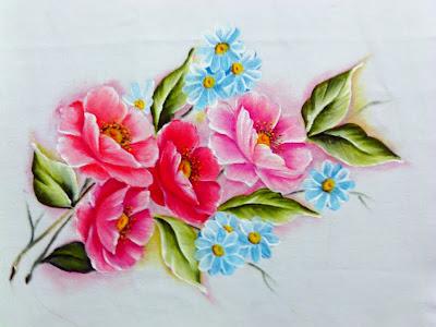 papoulas rosadas com flores blues