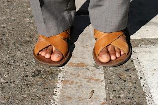 Homem de sandália