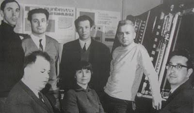 Los miembros del Estudio Experimental de Música Electrónica posan ante el sintetizador foto-electrónico ANS de Evgeny Murzin