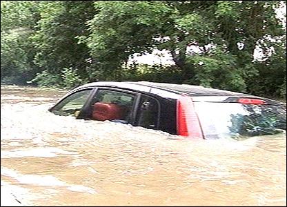 Tips Jika Mobil Mogok Saat Melewati Banjir