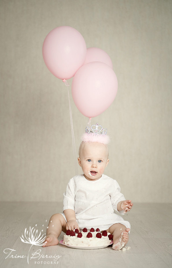 1 års bilder - kakespising i fotostudio - barnefotograf Trine Bjervig i Tønsberg
