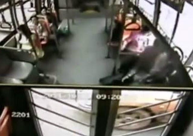 Celular le explota en la cara a pasajera de bus en China (video)