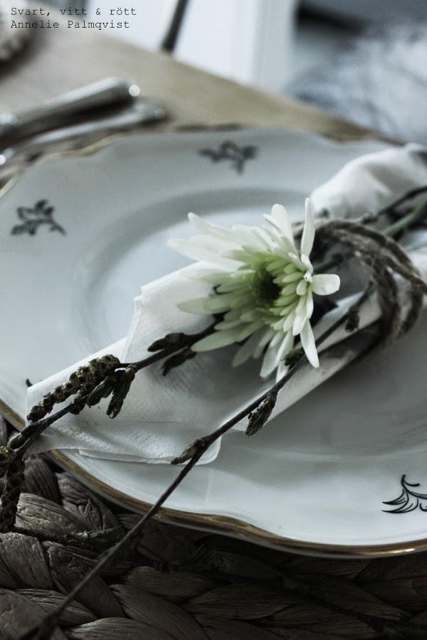 påskdukning, påsken 2014, duka, blommor i dukningen, björkris, björk, vita blommor, gula blommor, dukning, snöre som servettring, inspiration dukning