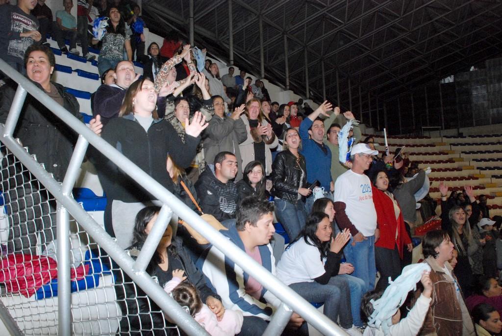Público animado prestigia jogos finais no Pedrão