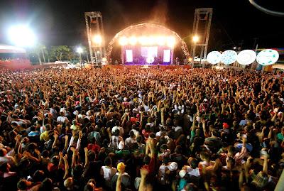 """Gusttavo Lima, a principal atração da noite, levou a multidão ao delírio, cantando sucessos consagrados como """"Gatinha assanhada"""", """"As mina pira"""", """"Tchê tchê rere"""" e também músicas aclamadas na voz de outros cantores como """"Pira piradinha"""", """"Vodka ou água de coco"""", """"Fio de cabelo"""" e """"É o amor""""."""