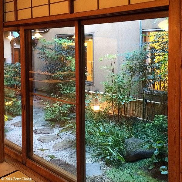 Ho chiak yoshihashi michelin starred sukiyaki in tokyo for Japanese garden room