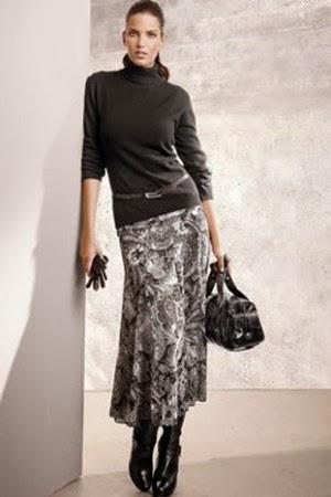 Девушка по городу ходит и поднимает юбку фото 8