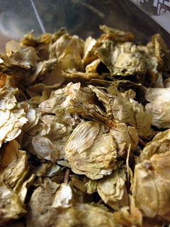 Aged hops, brown and crunchy.