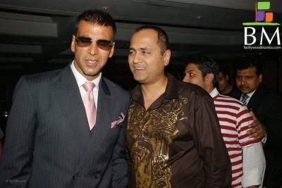 Producer Vipul Shah with Akshay Kumar on set of Singh is Kinng