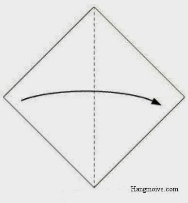 Tương tự gấp chéo tờ giấy (theo hướng từ trái sang phải) và giữ nguyên nếp gấp.