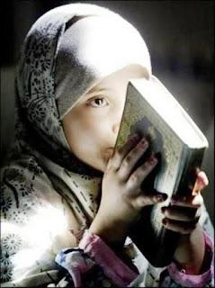 Foto Anak Muslim Perempuan Memegang Alqur'an