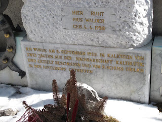 Das Grab eines von Jägern erschossenen Wilderers in Kalkstein