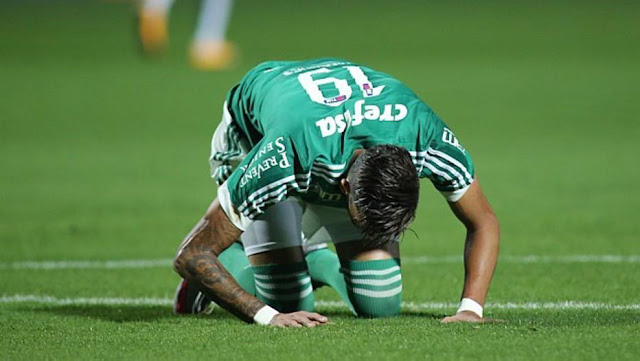 O Palmeiras continuou em má fase ao perder a terceira seguida no Brasileiro, para o Coritiba, pela 18ª rodada