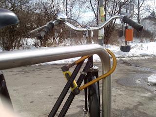 rower przypięty za ramę