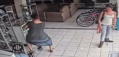 Γυναίκα κλέβει τηλεόραση βάζοντας την κάτω από το φόρεμα της