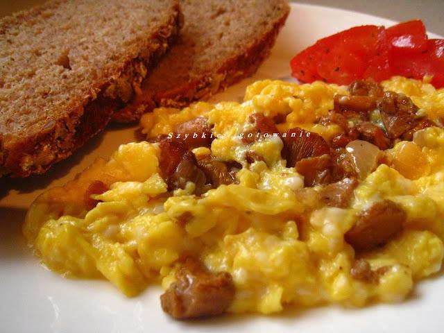 Jajecznica ze świeżymi kurkami i cebulą