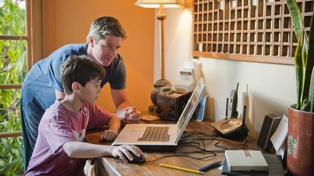 (CNNMéxico) — ¿Te preocupa el comportamiento de tus hijos en internet? No eres el único.Una nueva encuesta reveló que más del 50% de los padres usan las redes sociales para espiar a sus hijos y 11% de ellos dijo que la única razón por la que había creado un perfil era para revisar las actividades de sus hijos, según Time Techland. Además el 15% de los padres envió una solicitud de amistad a sus hijos y el 4% fue rechazado. Sin embargo sus esfuerzos por monitorear su comportamiento no terminaron ahí. El 13% de los padres admitió haber ingresado a