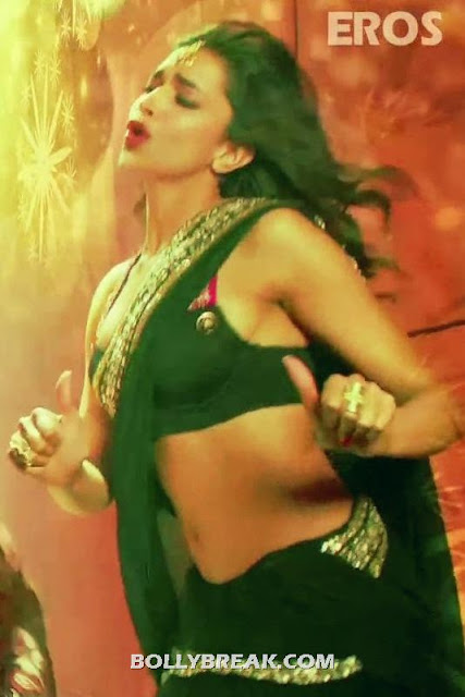 Deepika Padukone Hot Long Navel Bikini Bra - Deepika Padukone Navel Pics - Cocktail Second Hand Jawani song black Saree