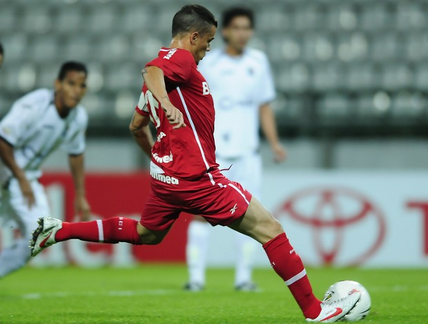 Internacional avança na Taça Libertadores, Colorado na Libertadores 2012,D'Alessandro cobrando a penalidade máxima