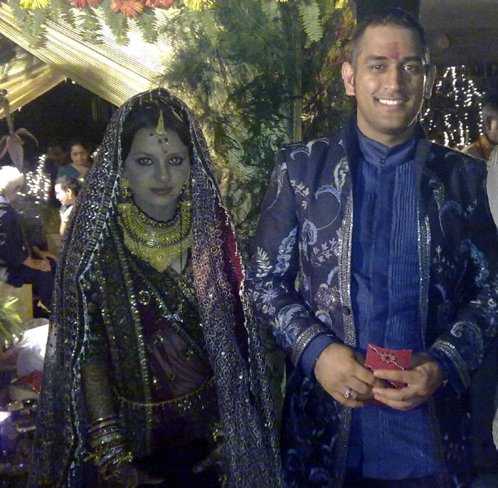 Mahendra Singh Dhoni with his wife sakshi rawat | Cricket ...