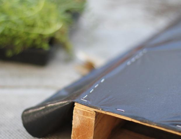 cerca de madeira para jardim passo a passo:corte a lona com tamanho de duas a três vezes maior que o pallet e