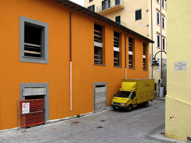 Various shades of yellow and orange, via dell'Uffizio dei Grani, Livorno