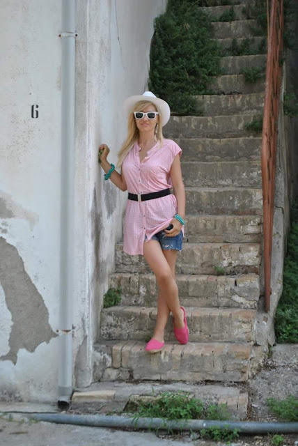 outfit maxi canotta stampata fattori shorts e canotta cappello panama craco matera basilicata travel viaggi posti da vedere in basilicata cosa vedere a matera outfit agosto mariafelicia magno fashion blogger color block by felym fashion blog italiani fashion blogger italiane ragazze bionde summer outfits