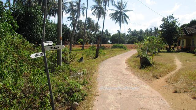 Plang petunjuk arah, depan adalah bekas lapangan sepakbola Telaga