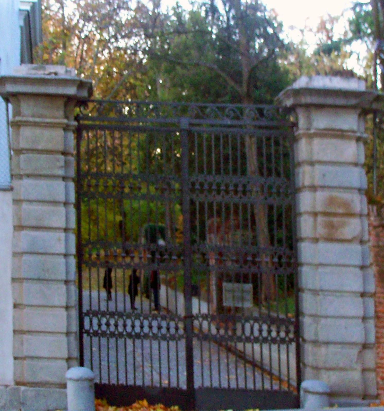 El capricho de la alameda 2014 for Puertas salida jardin