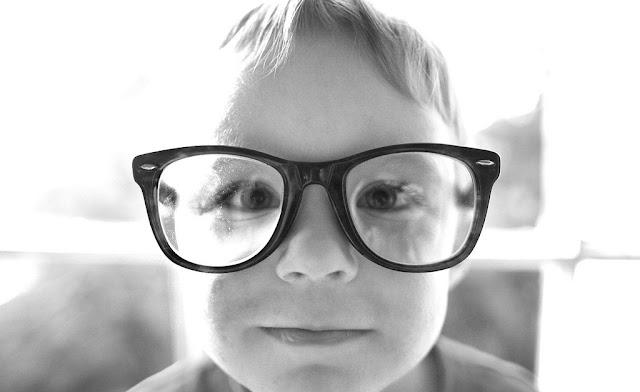 niño-necesita-gafas
