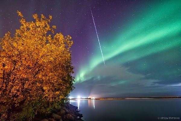 Meteor Melesat Menghiasi Langit Penuh Aurora di Rusia