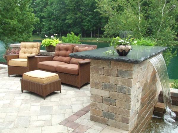 Patio acogedor con fuente de agua patios y jardines - Fuentes de patio ...