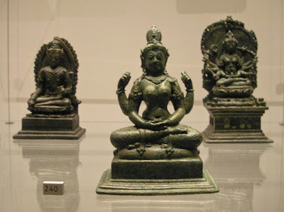 (Kiri) Avalokitesvara lengan-dua. (Tengah) Chundā lengan-empat. (Kanan) Dewi Tantra lengan-empat (Chundā?)