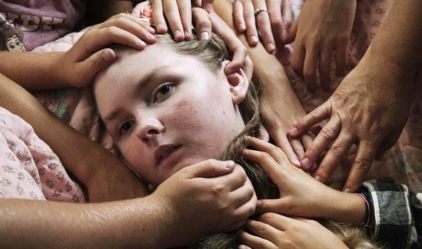Bức ảnh bé gái sắp lìa cõi đời gây xúc động mạnh
