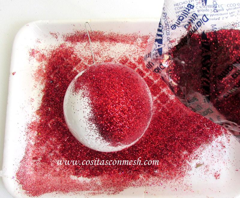 es importante que dejes secar bien la diamantina sobre la esfera ya que para hacer el diseo del copo de nieve vamos a manipular la esfera