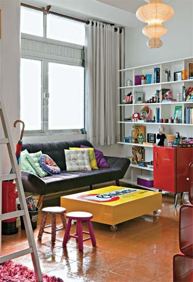decoracao sala kitnet : decoracao sala kitnet: modelo retrô fica na sala, a qual abriga alguns objetos da moradora