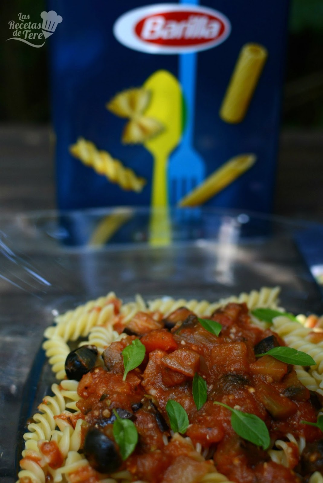 Fusilli Con Salsa De Tomate Berenjena Y Aceitunas Negras