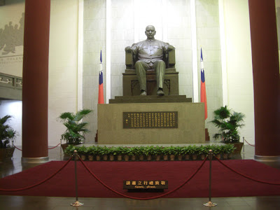 J.K. Baltzersen: Sun Yat-sen statue at his memorial hall in Taipei