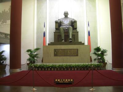 J.K. Baltzersen: Sun Yat-sen statue at his memorial hall in Taipei
