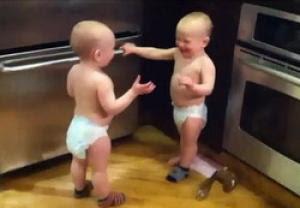 bayi kembar ngobrol