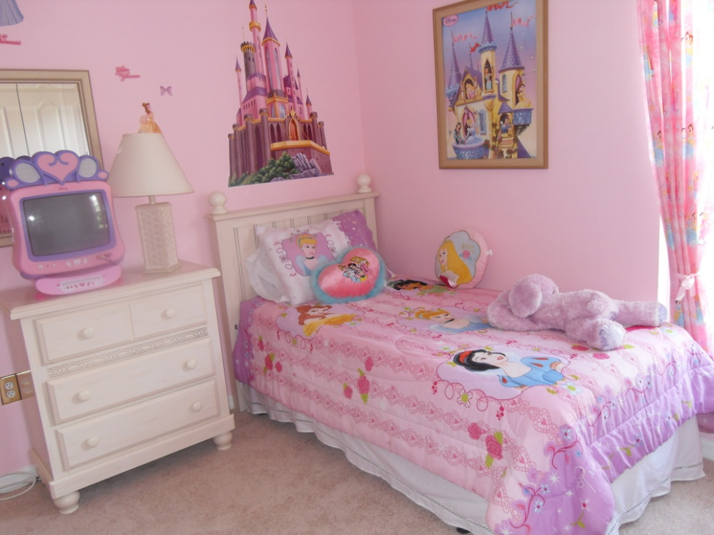 Little girls bedroom paint ideas for little girls bedroom for Cute bedroom designs for small rooms
