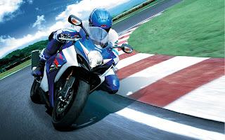 Blauw witte motor door de bocht op een circuit