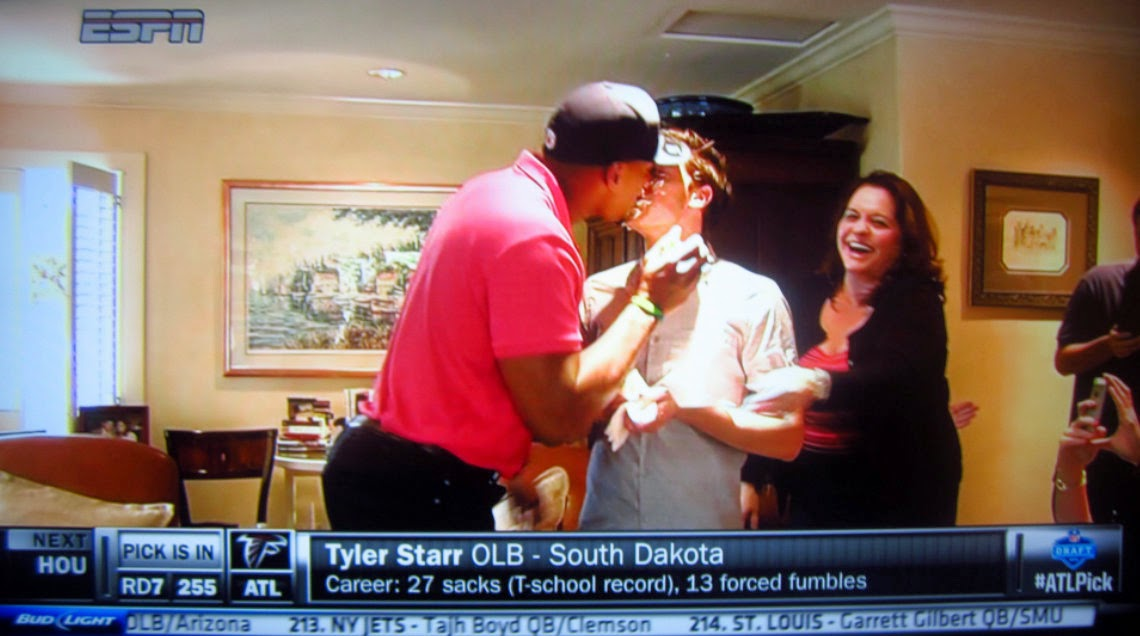 UPDATE  ESPN just ran a live shot from Michael Sam s home where they showed  him kissing his boyfriend after smashing a celebratory cake in each others   ... 2133dadbd