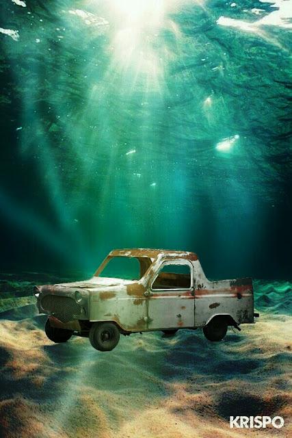 camioneta oxidada en el fondo del mar