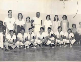 Entrevista a Mestre Itapoan de Capoeira Luandaê por Marcos Oliveira.  Formatura+de+Xar%C3%A9u,+em+baixo+no+centro+Cesar+Itapoan