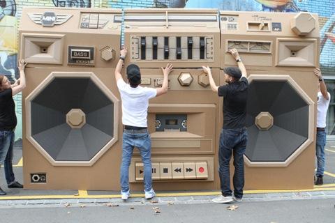 grabadora gigante hecha con cartón