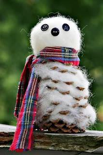 Muñecos de Nieve con Piñas de Pino