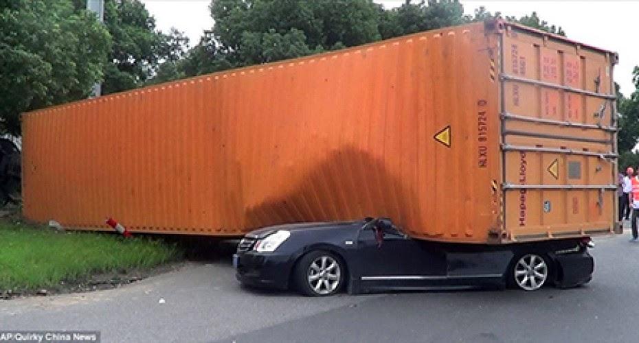 حاوية ضخمة تسقط على سيارة فيها سيدة...و لكن الغريب ماذا وجد رجال الإنقاذ عندما رفعوا الحاوية !!